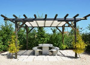 Pergola mit Sonnensegel im Garten von Holz-Hauff in Leingarten