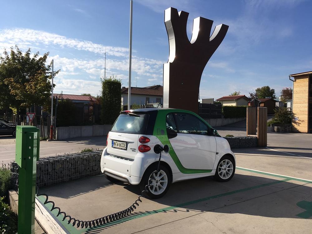 Elektroauto tankt Strom an der Elektrotanksäule bei Holz-Hauff