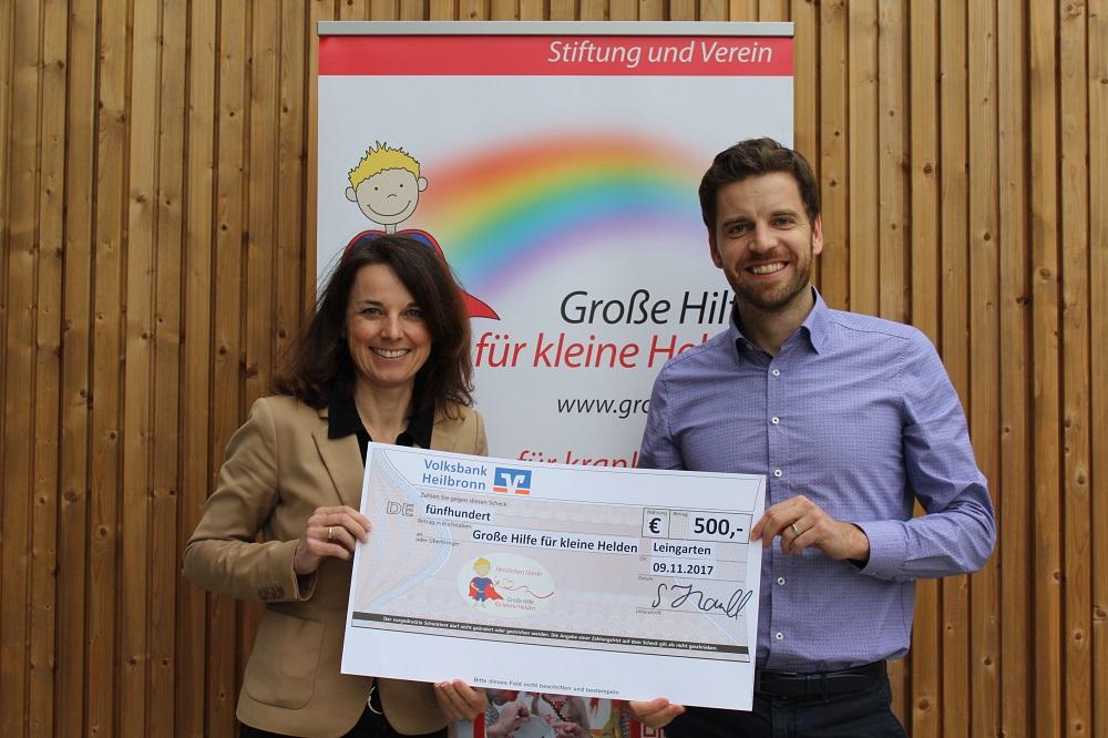 500 € Spendenübergabe Firma Holz-Hauff an Große Hilfe für kleine Helden, rechts Frau Emde, links Sebastian Hauff