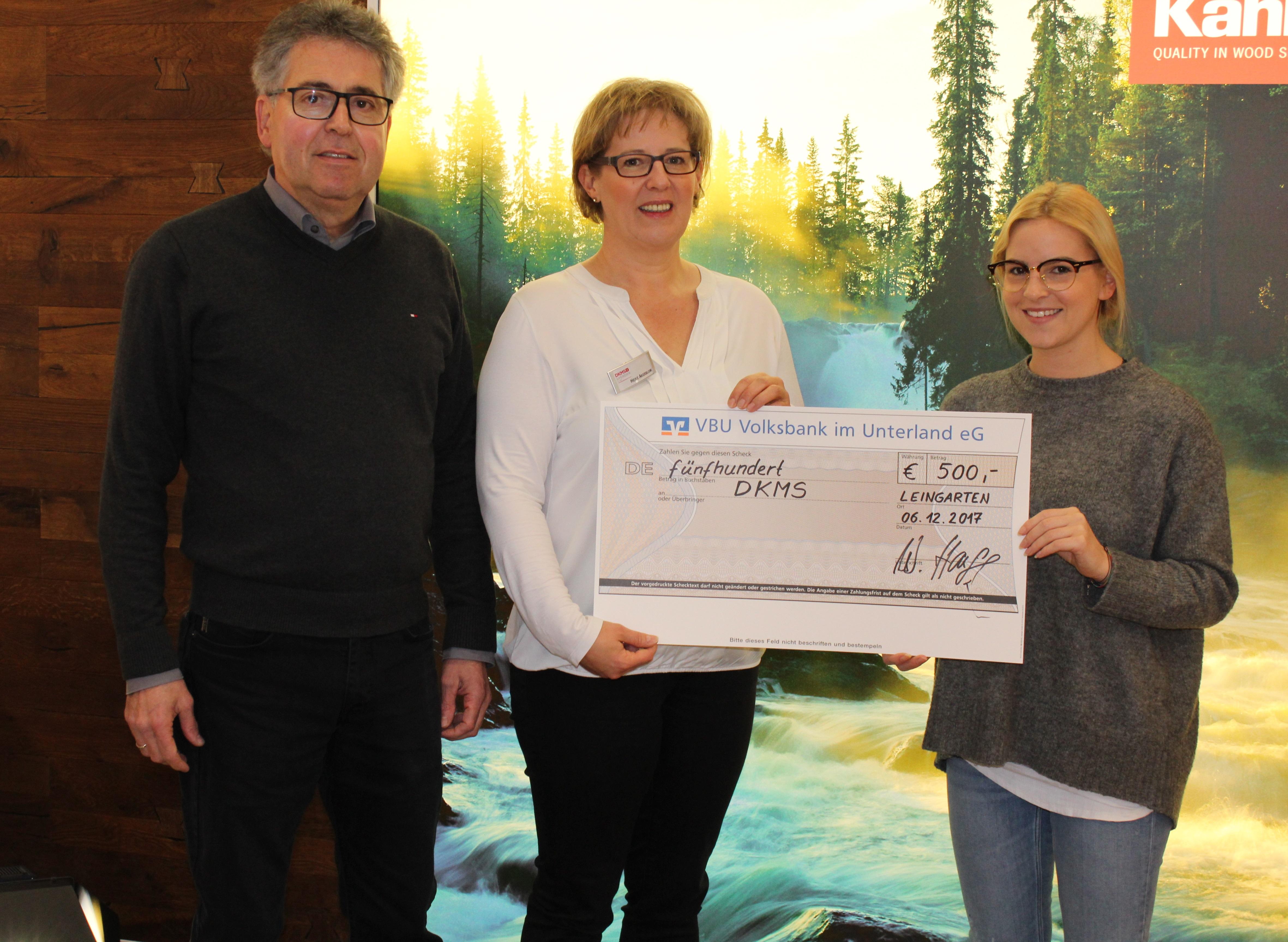 Spendenübergabe DKMS Bild: Werner Hauff (links) Frau Akerblom (mitte) Nicole Protze (rechts)