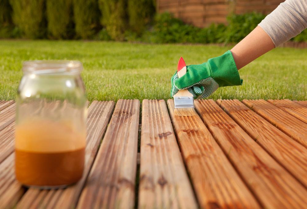 Terrassenpflege im Frühjahr bei Holz-Hauff in Leingarten