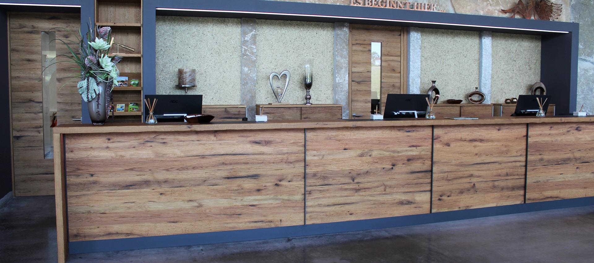 Theke aus Holz in Form Platten Mawell Resort Langenburg