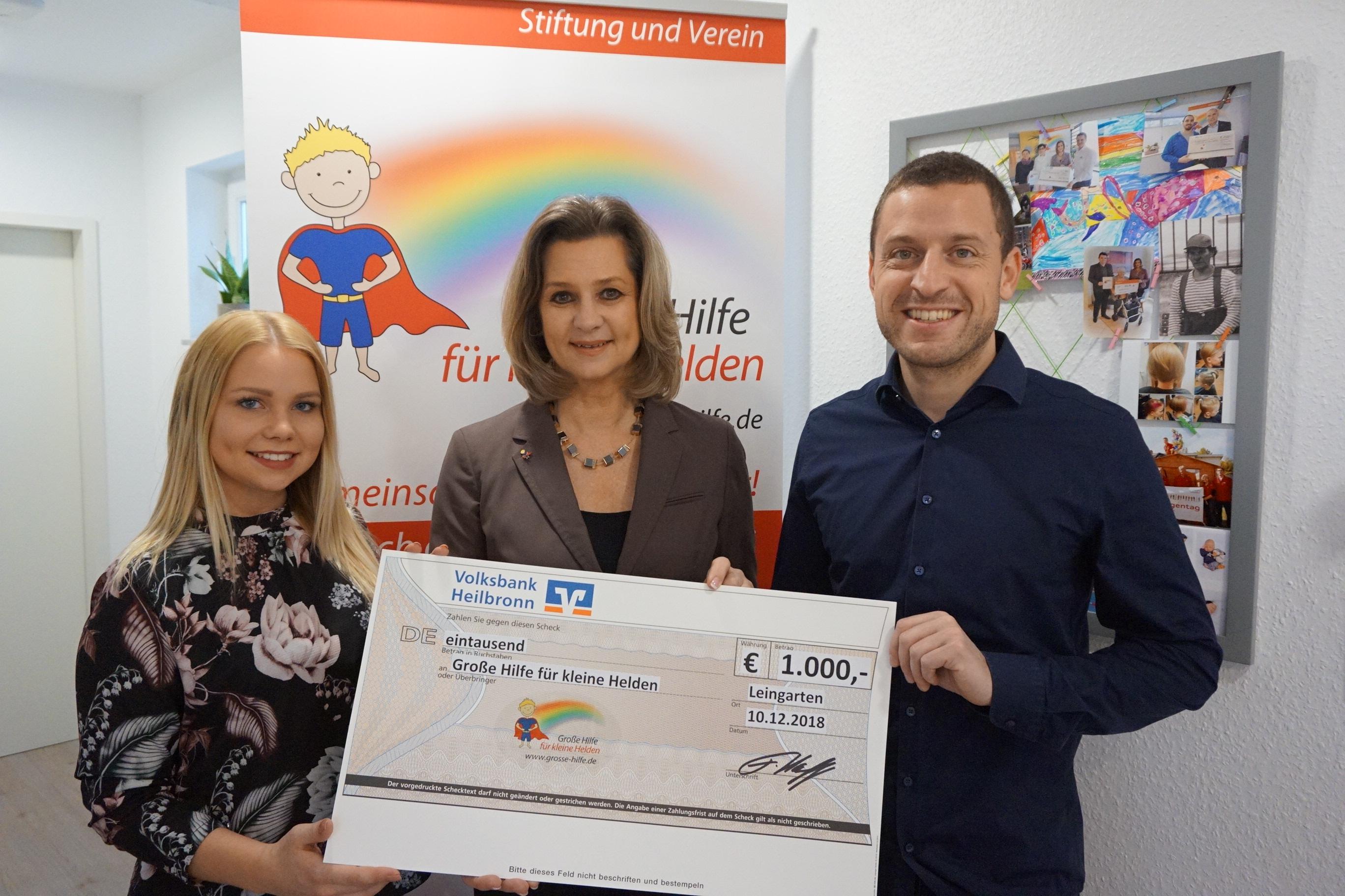 Spende statt Weihnachtsgeschenke Spendenübergabe Große Hilfe für kleine Helden