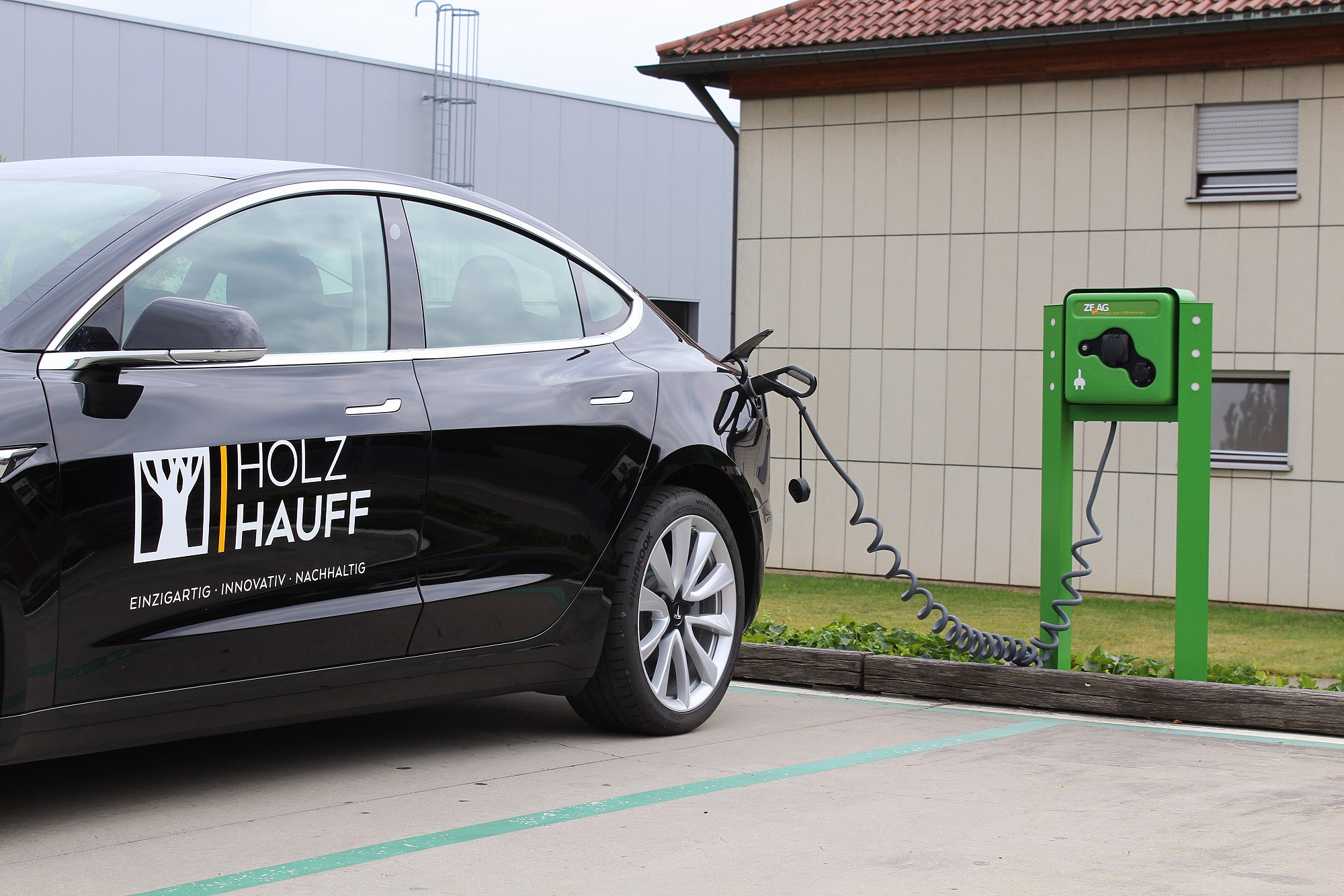 Familienzuwachs: Tesla Elektrofahrzeug | Holz-Hauff GmbH in Leingarten