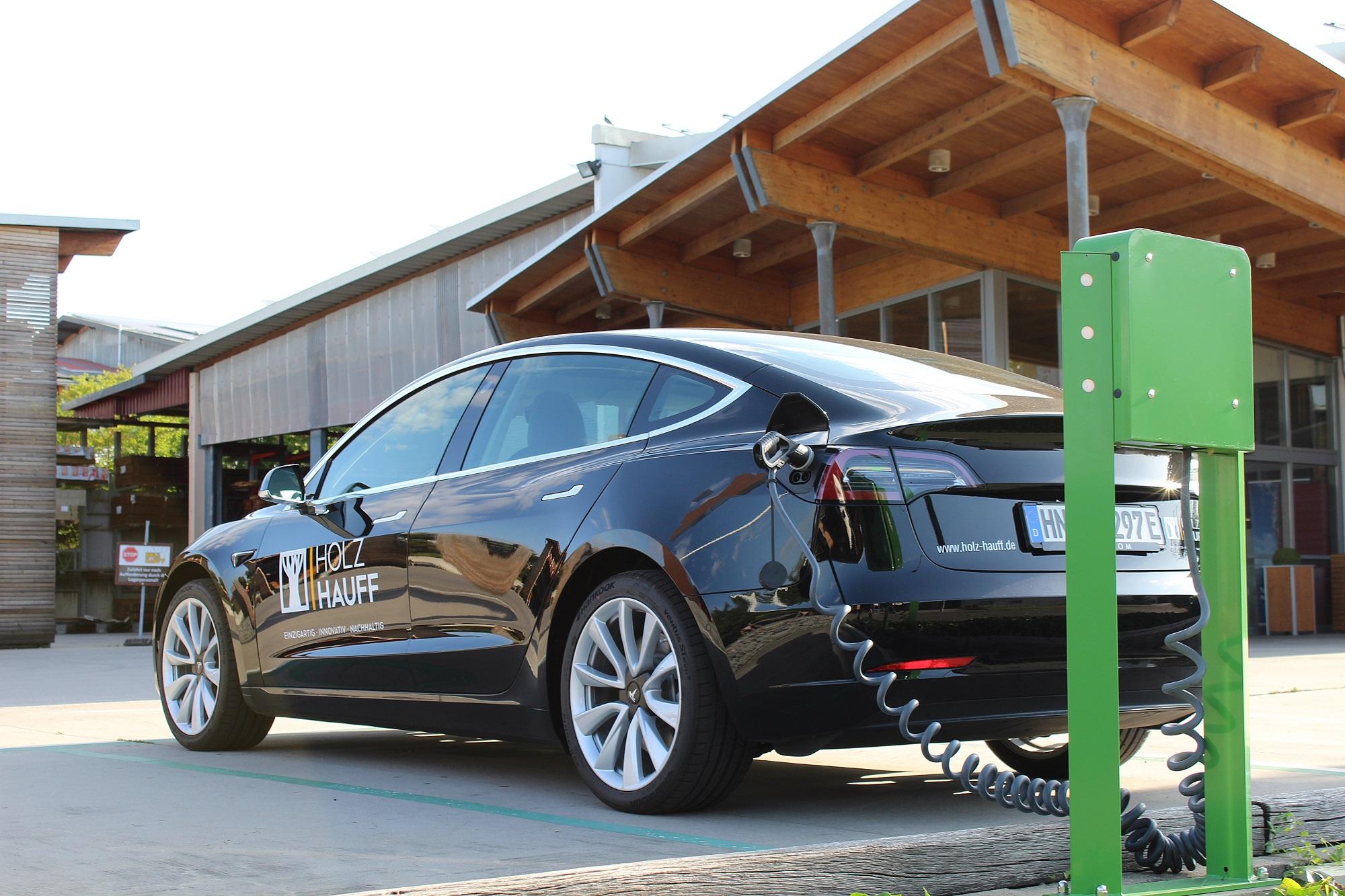 Tesla Elektrofahrzeug tankt an Elektrotankstelle bei Holz-Hauff GmbH in Leingarten